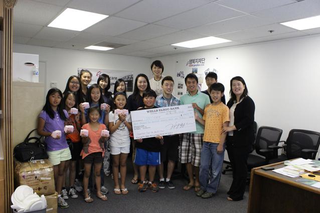 퍼시픽 콰이어가 2013년 5월 음악회 수익금 3,477불을 샘캐어에 전달하였다..JPG
